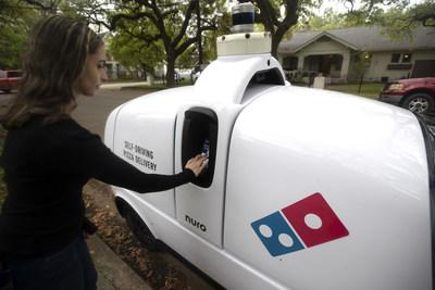 A partir de esta semana, selectos clientes que realicen compras prepagadas por dominos.com, en determinados días y horas, de la tienda Domino's ubicada en el 3209 Houston Ave. de Houston podrán elegir que su pizza la entregue el robot R2 de Nuro.