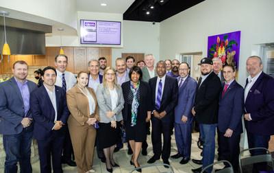 El presidente de Goya, Bob Unanue, y el Dr. Ben Carson con integrantes del ACI, miembros de la comunidad y empleados de Goya en Goya Foods Texas.