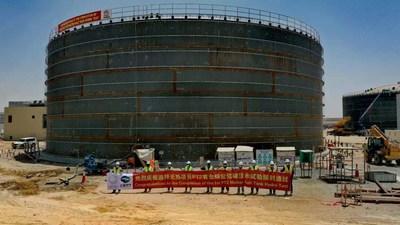 Los trabajadores presentes celebraron la culminación de la primera prueba hidráulica del tanque de sales fundidas para la planta de colectores parabólicos II (la PT2) de la cuarta fase del parque solar Mohammed bin Rashid Al Maktoum (PRNewsfoto/Shanghai Electric)